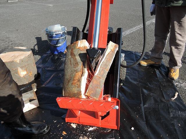 かなり太い丸太でも簡単に割ることができ、ケヤキなどの硬い木も破砕可能