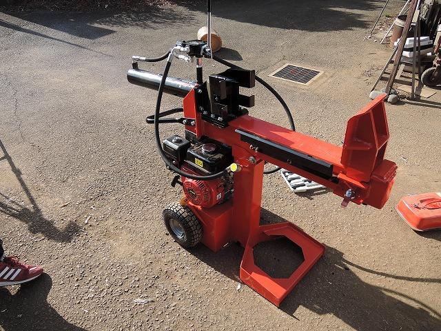 ワンハンドルで薪を割ることができ、2ハンドルの仕様と比べて作業効率がアップ